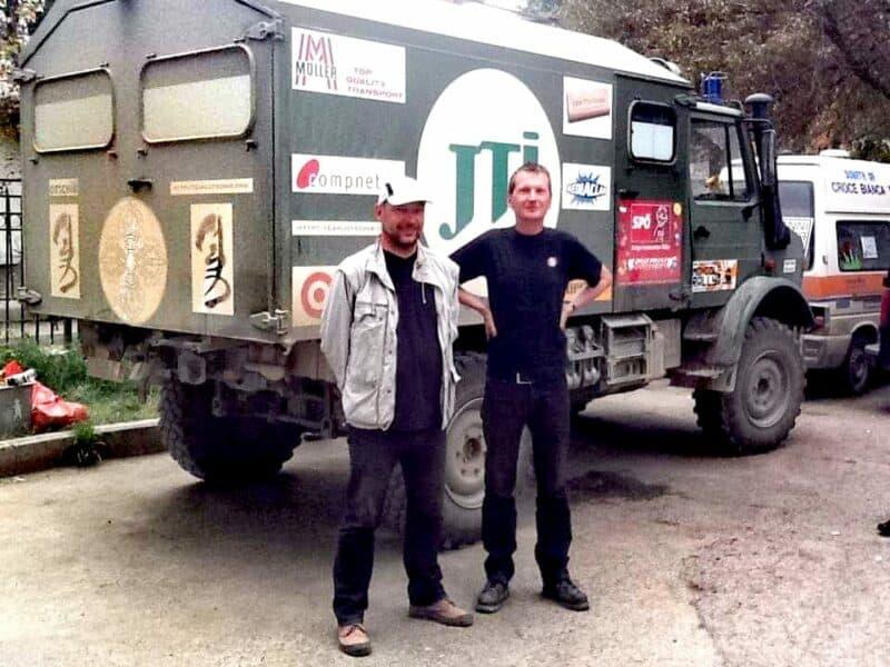 Reinhard Leitner und Michael Eisenriegler mit dem Gobi Bären an der Finish Line der Mongol Rally 2011 in Ulan Bator. Foto: Sergelen Bayasgalan